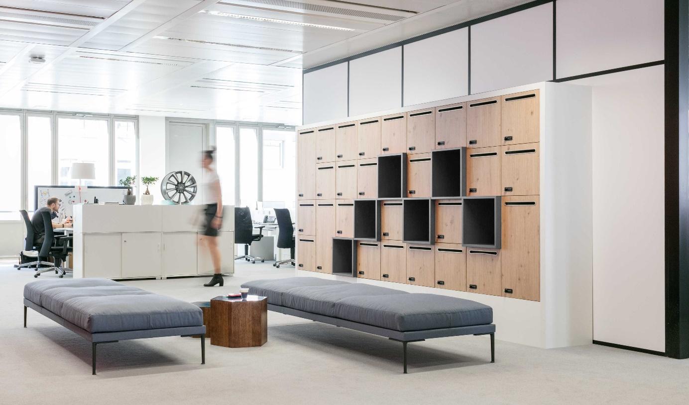 espace accueil avec casiers et banquettes centrales