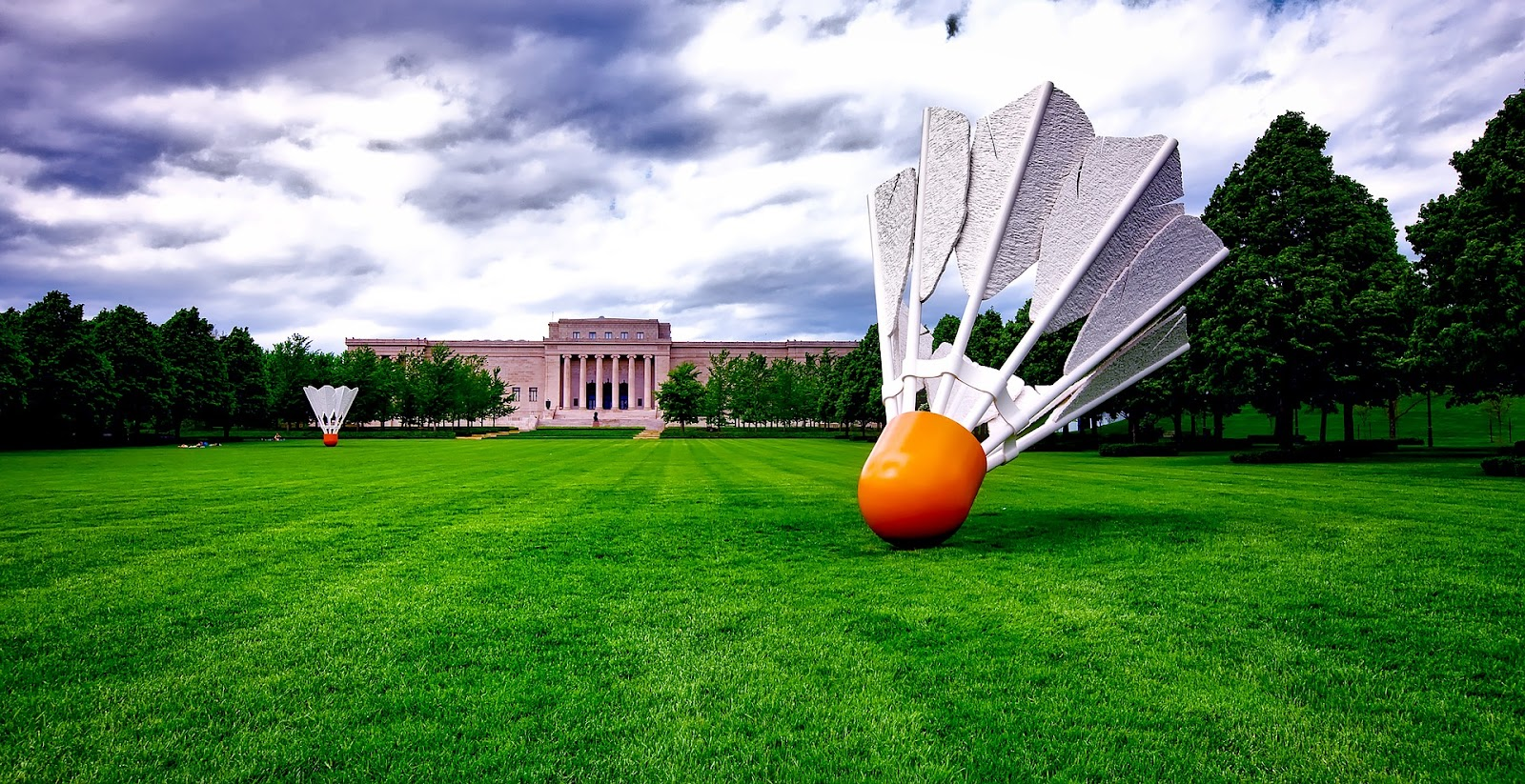 18 foot 5500 pound badminton shuttlecocks dot the lawn of a museum in Kanas City, Missouri.