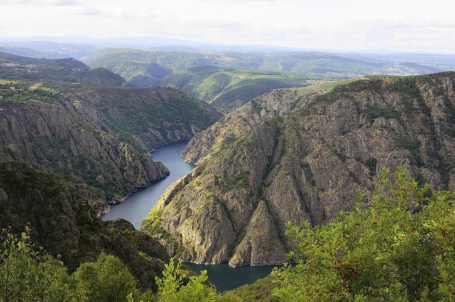 El Cañón del Sil es una garganta excavada por el río Sil, en Galicia, cerca de la unión de este con el río Miño, en la zona de la Ribeira Sacra. El cañón se puede recorrer en catamarán, desde el cual se pueden apreciar espectaculares reflejos del paisaje en el agua y también sus desniveles, de más de 500 metros en algunos puntos, y con pendientes de más de 50 grados, a veces casi verticales. Foto: Juan Carlos Peaguda.