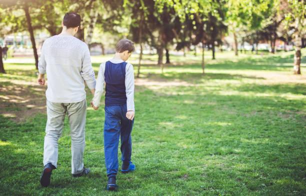 padre e figlio a park - autismo foto e immagini stock