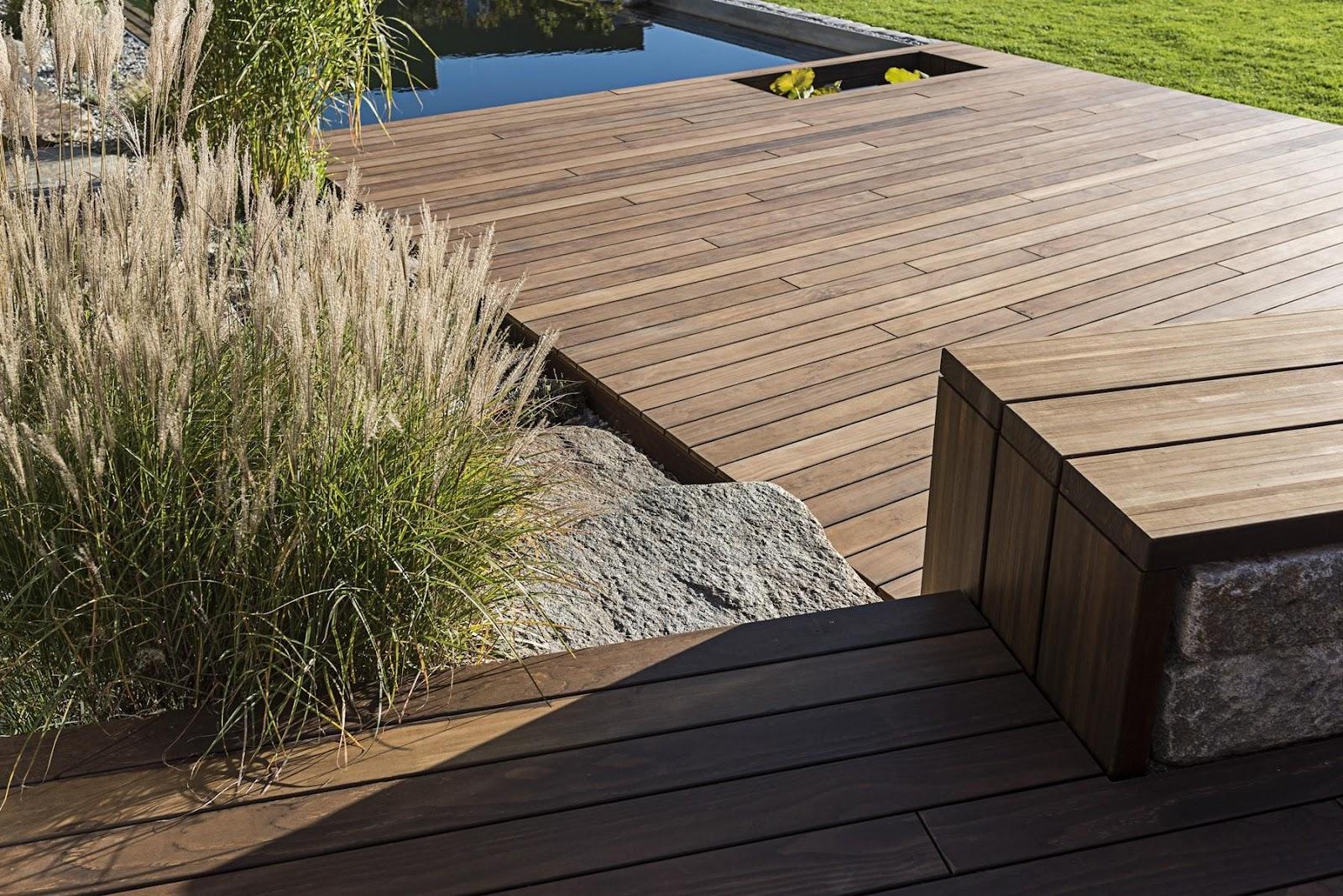 Verwenden Sie natürliche Elemente, um Ihre Holzterrasse zu ergänzen
