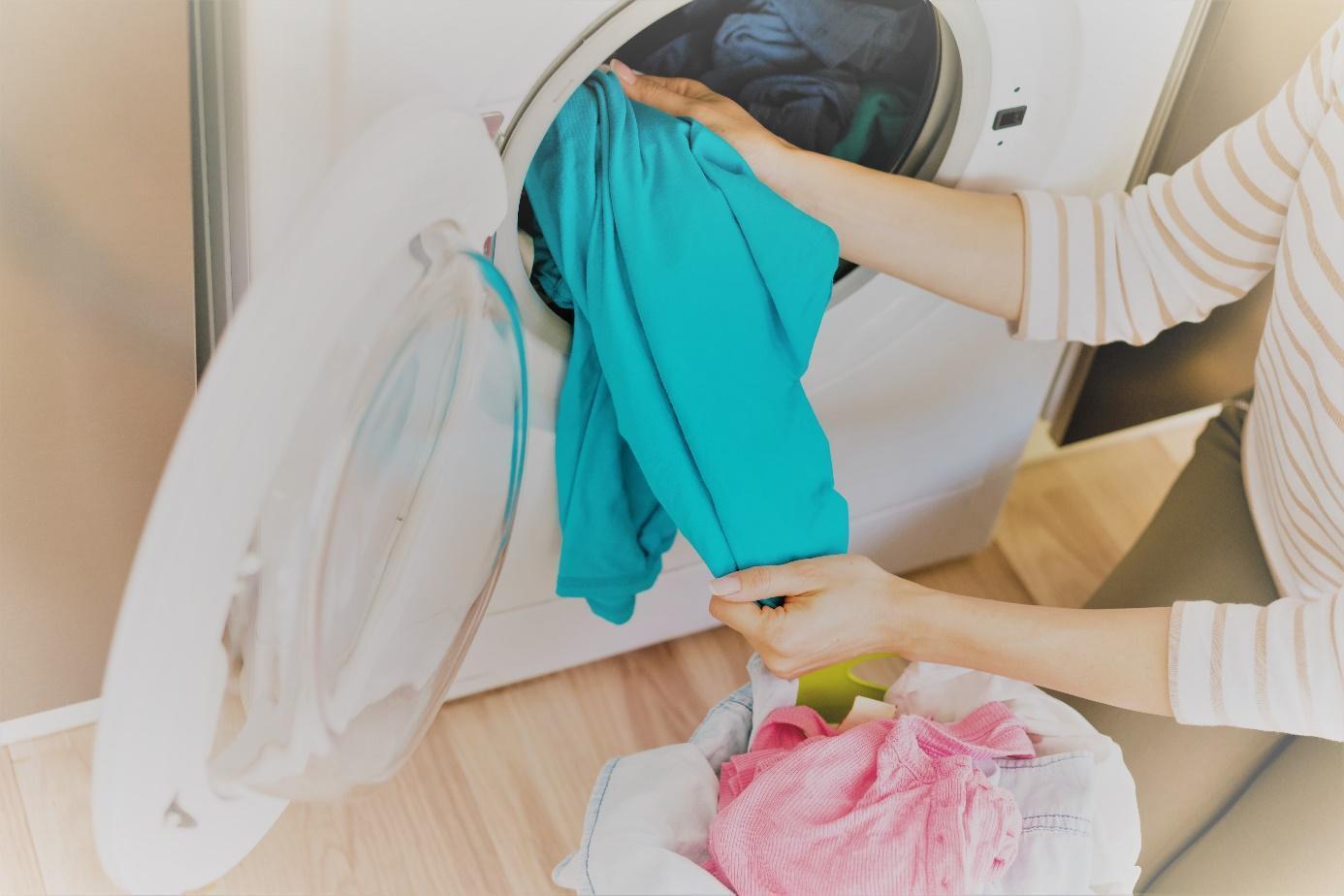 C:\Users\Julcsi\Documents\LIFE\tisztito es mososzer tesztek\kiértékelés\képek freepik\hands-taking-laundry-out-washing-machine2.jpg