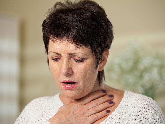Eine schnelle Atmung gepaart mit Azetongeruch sind Warnsignale, die auf eine Hyperventilation und diabetische Ketoazidose hindeuten.