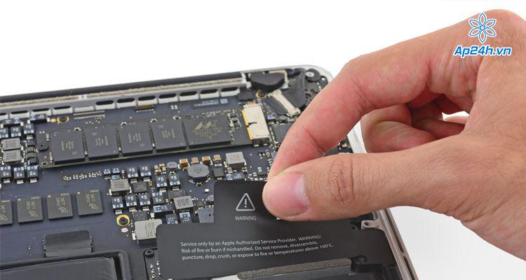 Thực hiện việc tháo ra và lắp lại pin MacBook