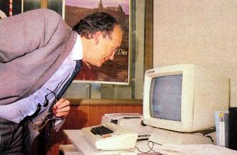 Cuena-mirando-una-pantalla-1987.jpg