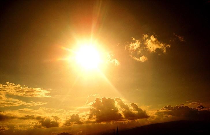 Жительница Швейцарии решила сесть на так называемую солнечную диету, то есть получать необходимые для жизни питательные вещества, подставляя свое тело лучам солнца. В конце концов она умерла от голода. С чего она взяла, что человек может прожить, питаясь исключительно светом, никто не знает.