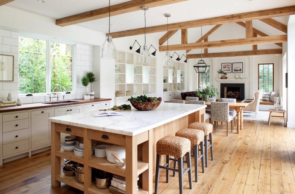 Rumah bergaya farm hosue memberikan suasana hangat - source: distinctconstuction.com