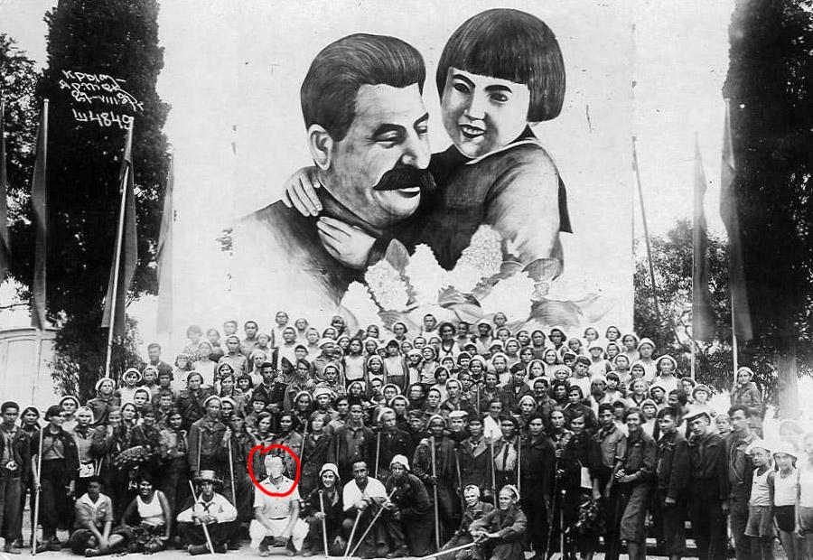 """Артековцы после похода, 1937-й. У человека в белом костюме нет лица - от изображений людей, провозглашенных """"врагами народа"""", старались избавляться"""