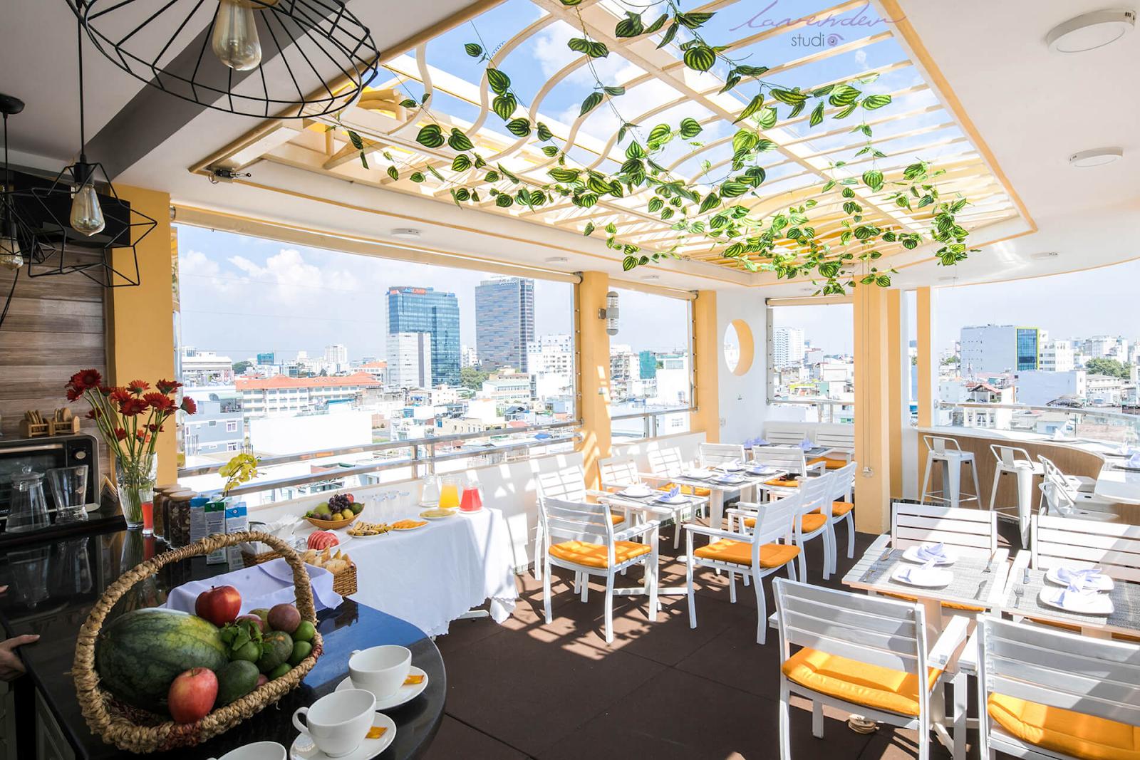 Chụp tổng quan nhà hàng ở các thời điểm khác nhau để thể hiện rõ phong cách và không gian nhà hàng