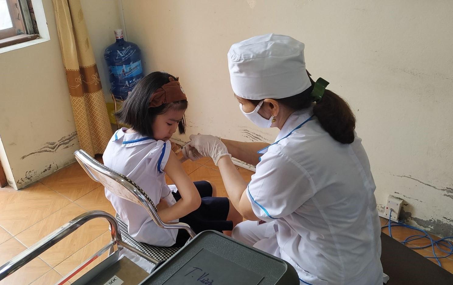 C:\Users\HONGBEO\Desktop\Tiêm bổ sung vắc xin Td cho học sinh lớp 2 trường Tiểu học Trưng Vương thành phố Uông Bí.jpg