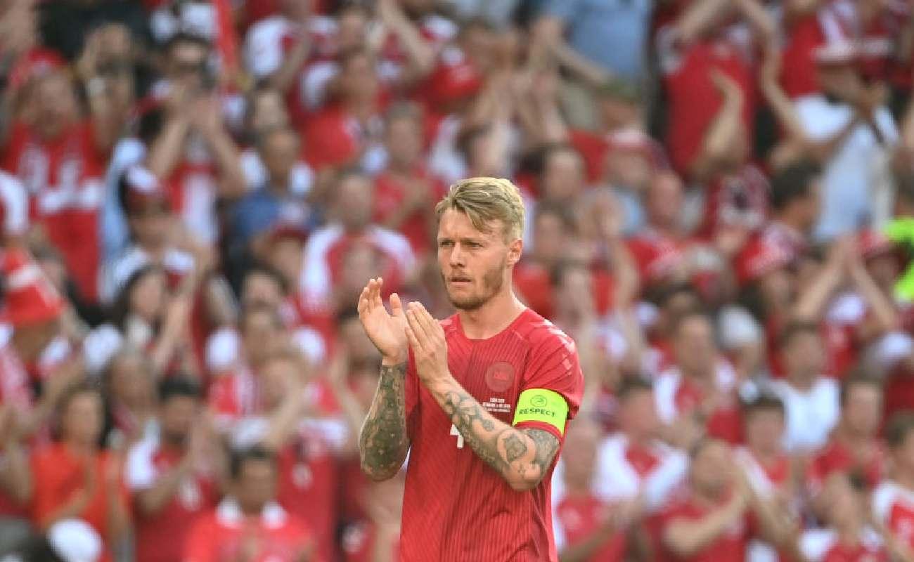 Alt: Simon Kjaer of Denmark applauds on the field - Photo by Jonathan Nackstrand - Pool/Getty Images