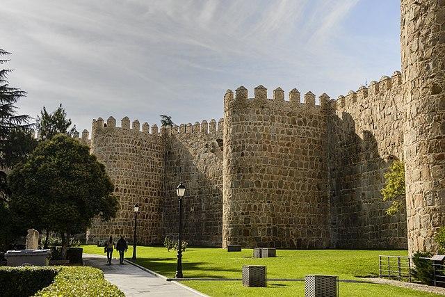 640px-Walls_of_Ávila,_lawn.jpg