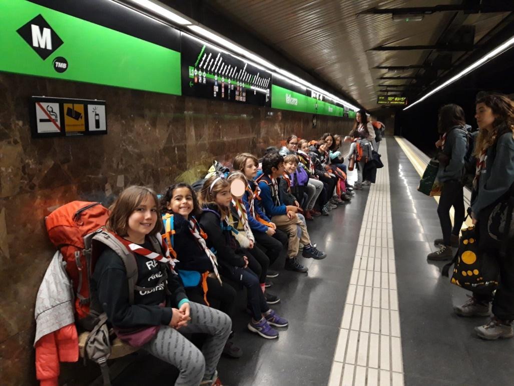 Un grupo de personas en una estación de tren  Descripción generada automáticamente