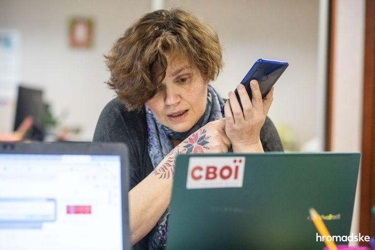 Леся Литвинова общается с журналисткой одного из региональных СМИ, рассказывая о состоянии борьбы с коронавирусом в Украине и работе фонда «Свои», 23 марта 2021 года