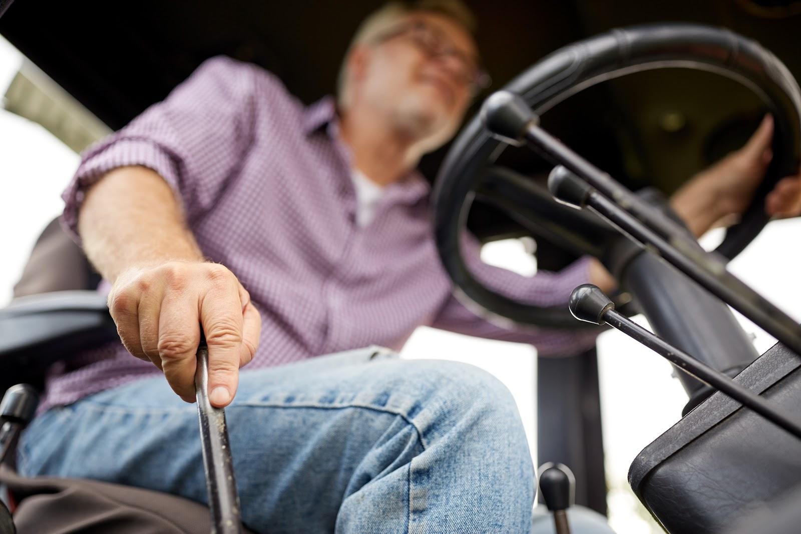 deda vozi traktor, ulje za traktor