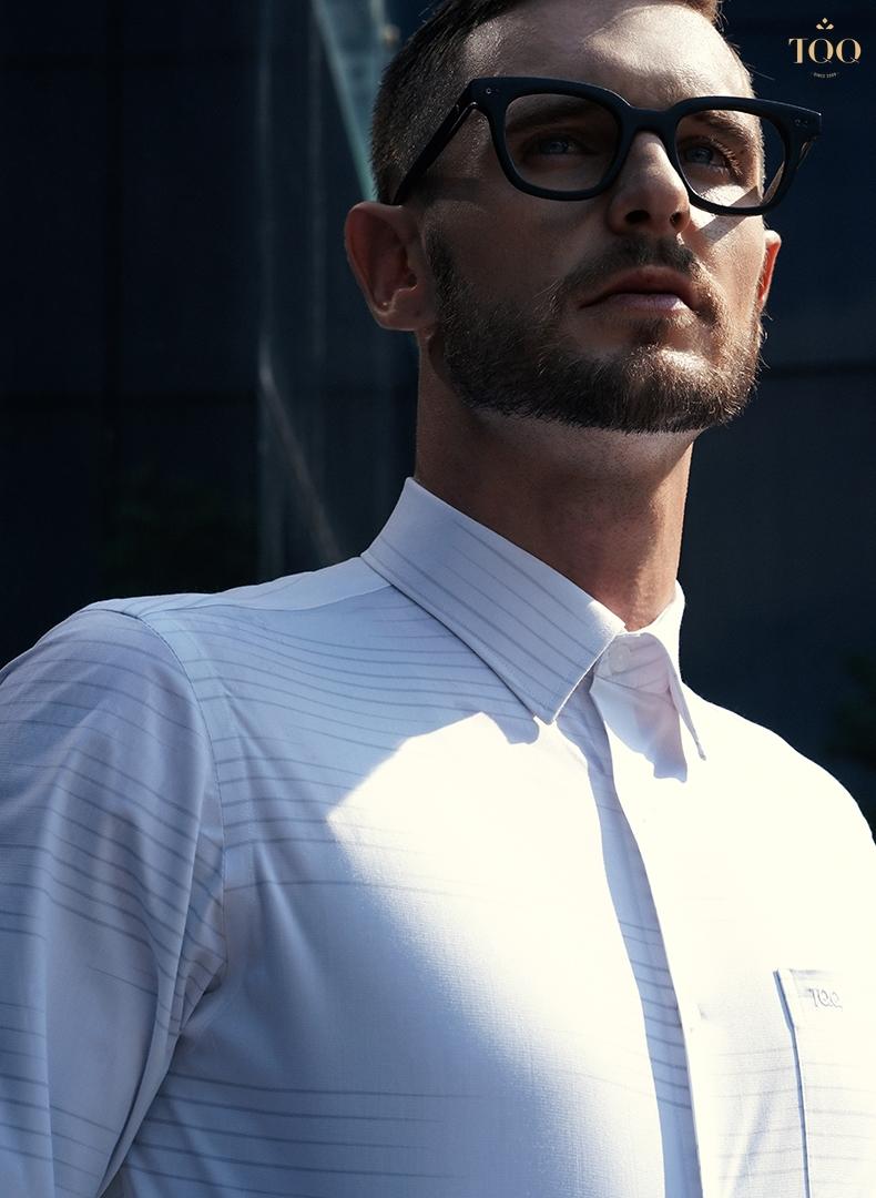 Thiết kế kẻ ngang chìm trên áo tạo cảm giác khung vai rộng hơn, tạo sự khoẻ khoắn, dứt khoát cho phái mạnh