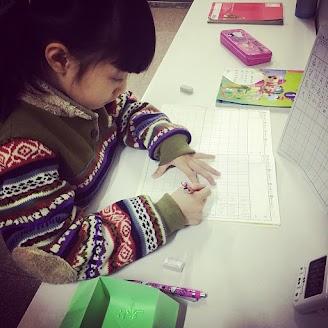 陪伴小朋友放學後的時光,並幫助無法獨力完成作業的小朋友寫作業。