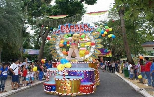 Công viên Đầm Sen luôn tổ chức rất nhiều trò chơi cùng lễ hội ẩm thực vào dịp Tết