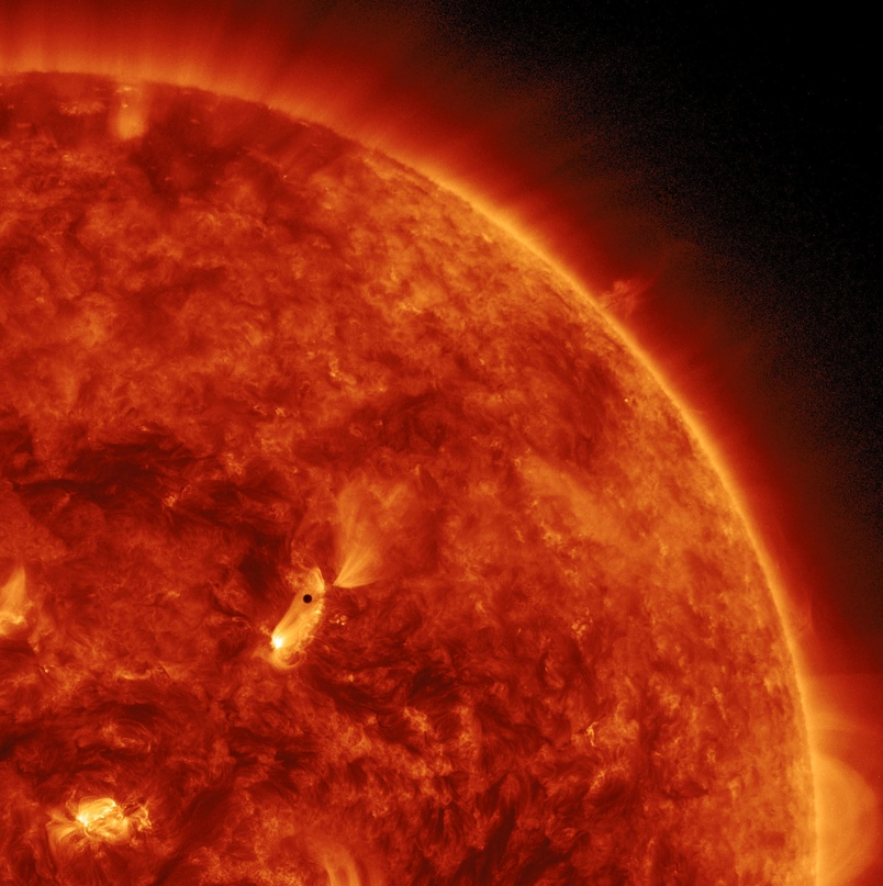 Меркурий на фоне Солнца. Меркурий — маленькая черная точка чуть левее центра, и разница в размерах между звездой и планетой тут очевидна. К слову, масса Солнца составляет 99,86% массы всех объектов Солнечной системы