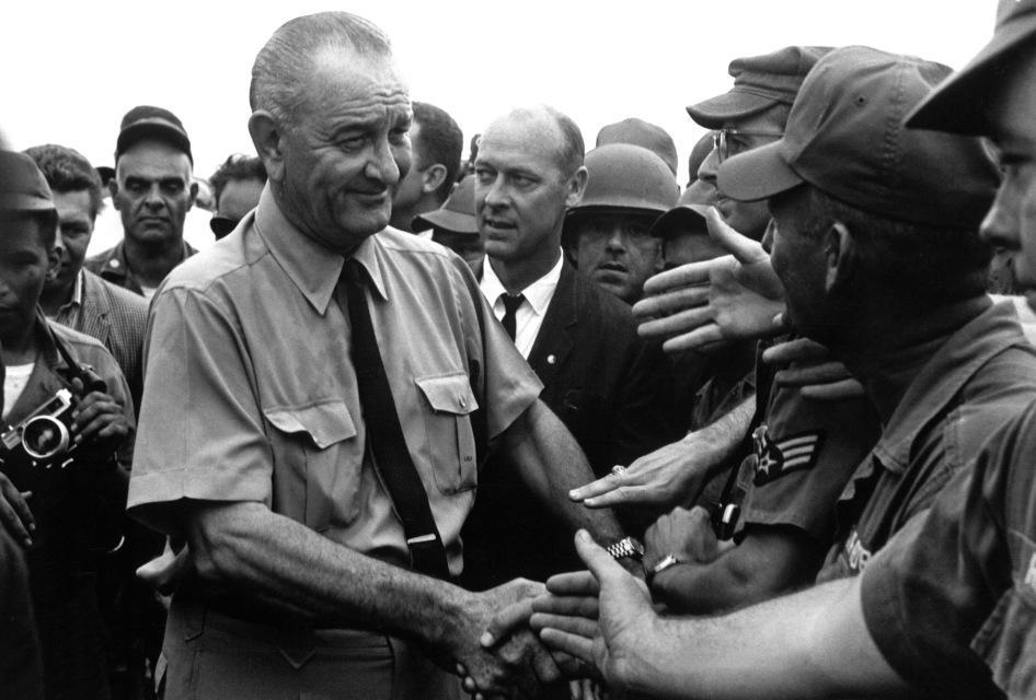 Lyndon Johnson bắt tay binh lính Mĩ tại Việt Nam năm 1966