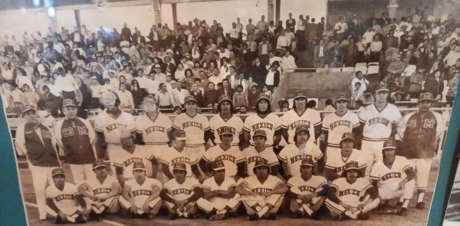 Foto en blanco y negro de un grupo de personas en las gradas  Descripción generada automáticamente con confianza media
