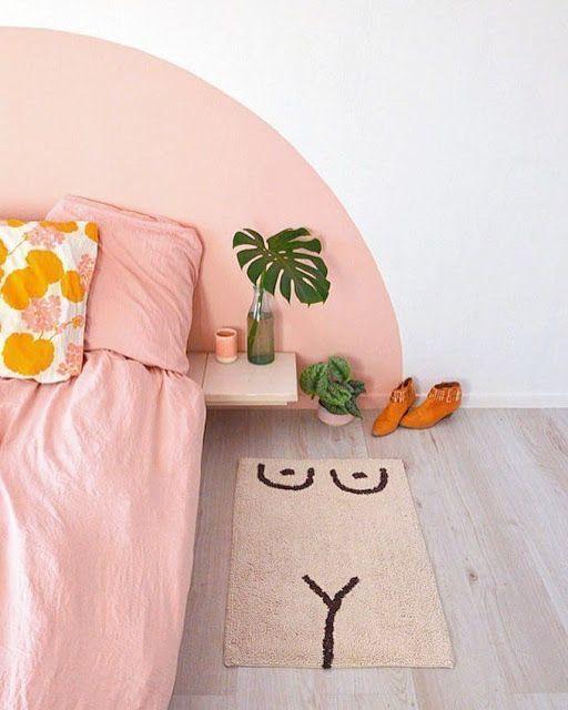 Quarto com parede da cabeceira com pintura orgânica rosa