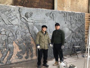 美国之音与摄影师杰雷前来自由雕塑公园工作室采访