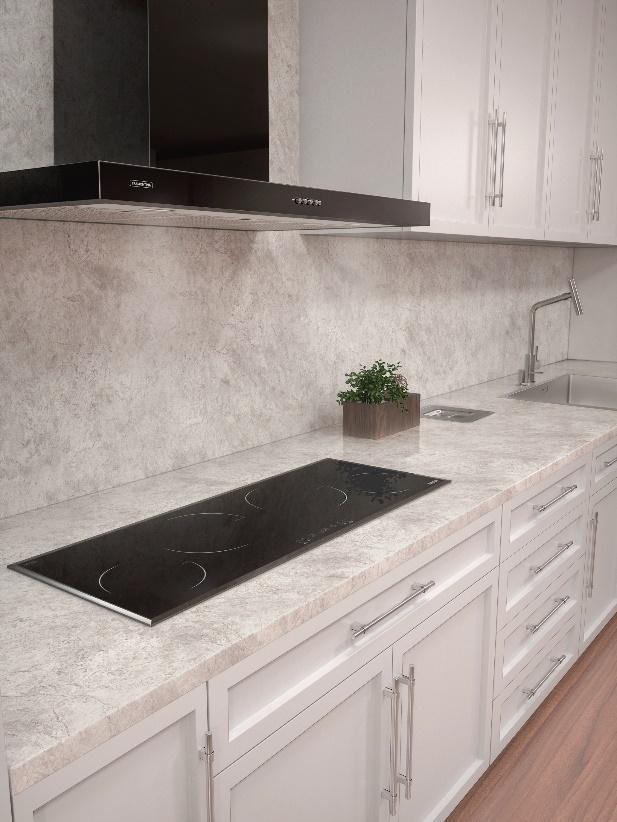 cozinha com bancada e parede da pia revestida de porcelanato marmorizado branco, cooktop preto, coifa preta tramontina e armários brancos.