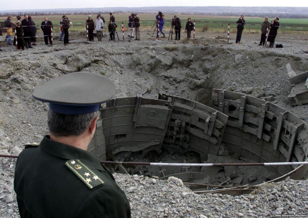 Офіцер української армії проводить інспекцію знищення пускової установки ракети СС-24 неподалік від Первомайська в Миколаївської області. До кінця 2001 року Україна знищила всі 46 міжконтинентальних балістичних ракет