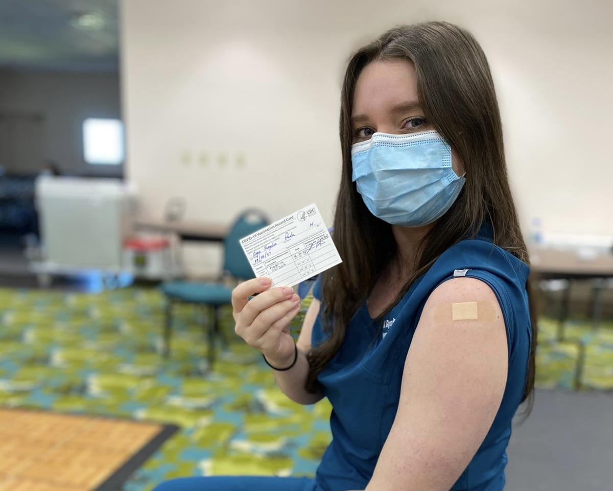 Estudiantes de RCM colaboran en proceso de vacunación