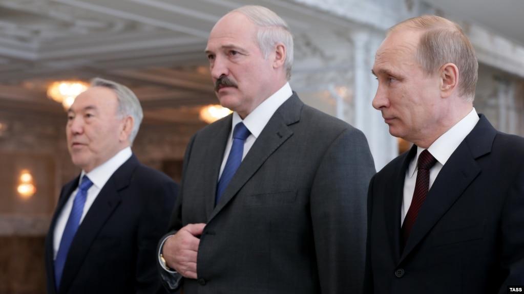 Нурсултан Назарбаев в бытность президентом Казахстана, белорусский лидер Александр Лукашенко и президент России Владимир Путин во время заседания Высшего евразийского экономического совета в Минске. Апрель 2014 года