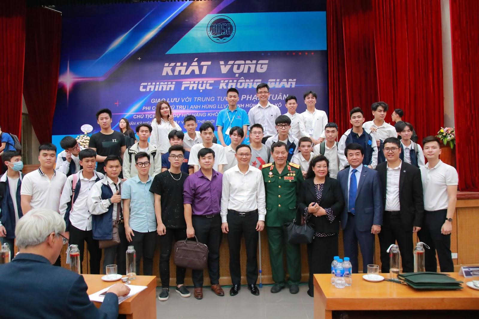 Lãnh đạo nhà trường cùng các bạn sinh viên ICTU chụp ảnh lưu niệm cùng Trung tướng Phạm Tuân