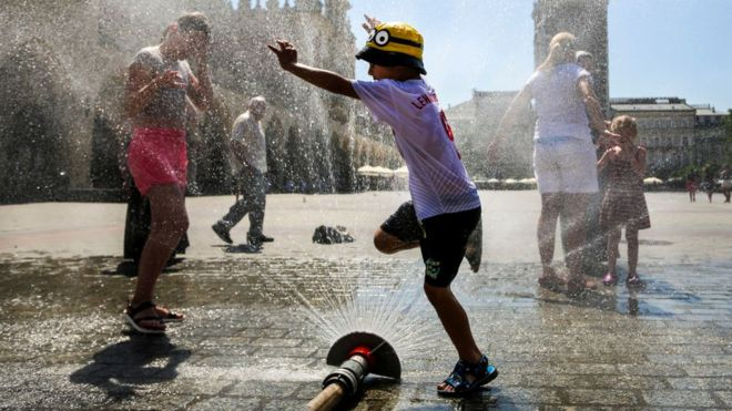 Дети, так же как и старики, очень чувствительны к жаре