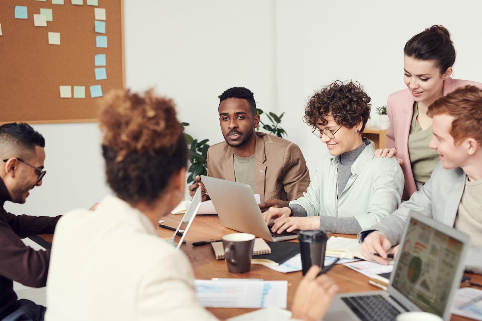 Reunião entre um grupo de pessoas - levantamento de requisitos de software