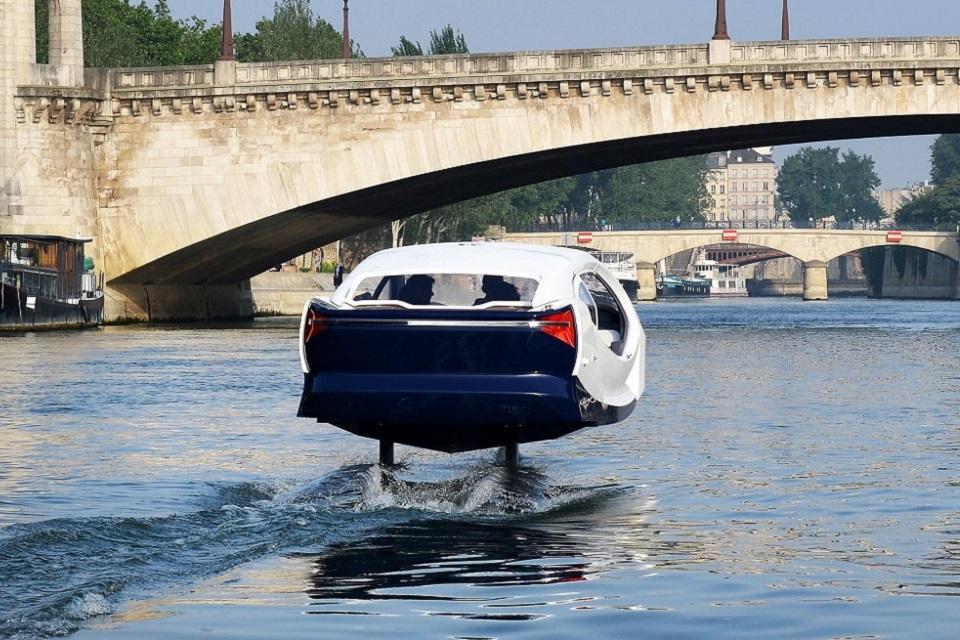 A Sea Bubble, startup que leva o nome do veículo, prevê que em cincos anos o barci-táxi esteja presente em cerca de 50 cidades ao redor do mundo. (Sea Bubbles/Reprodução)