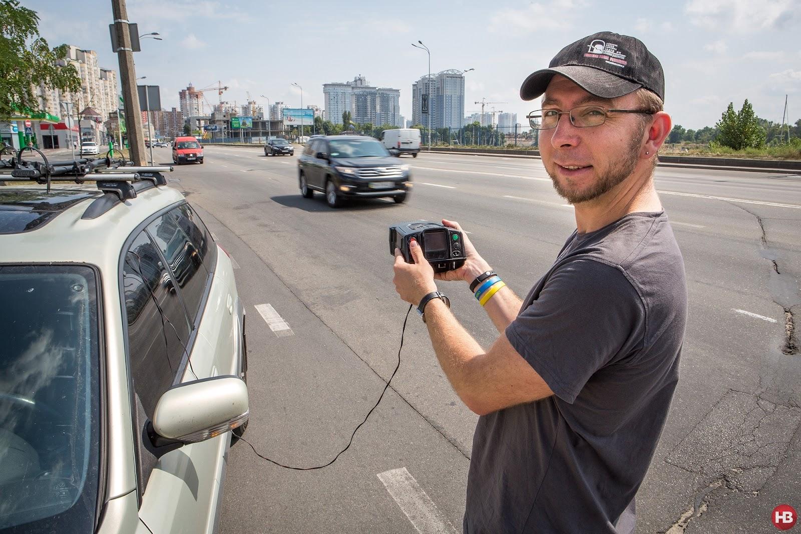НЕУДЕРЖИМЫЕ: Виктор Загреба с помощью спецприбора доказывает, что скоростной режим в Киеве нарушают многие