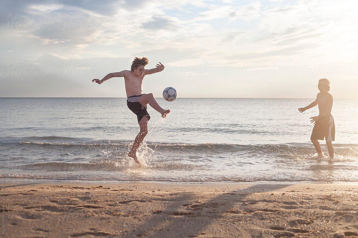 Bạn có thể thường thấy các cầu thủ đá bóng với nhiều tư thế tuyệt đẹp khác nhau trong các trận đấu bóng chuyền bãi biển