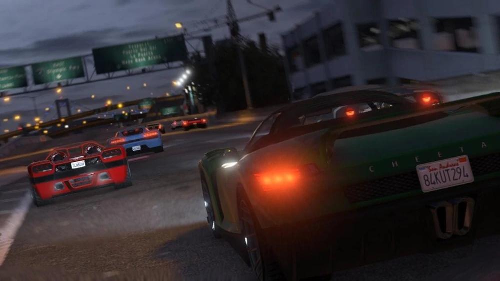 Ein Rennen in GTA Online mit einem roten, blauen und grünen Sportauto