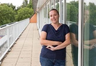 Afbeelding met persoon, buiten, gebouw, vrouw  Automatisch gegenereerde beschrijving