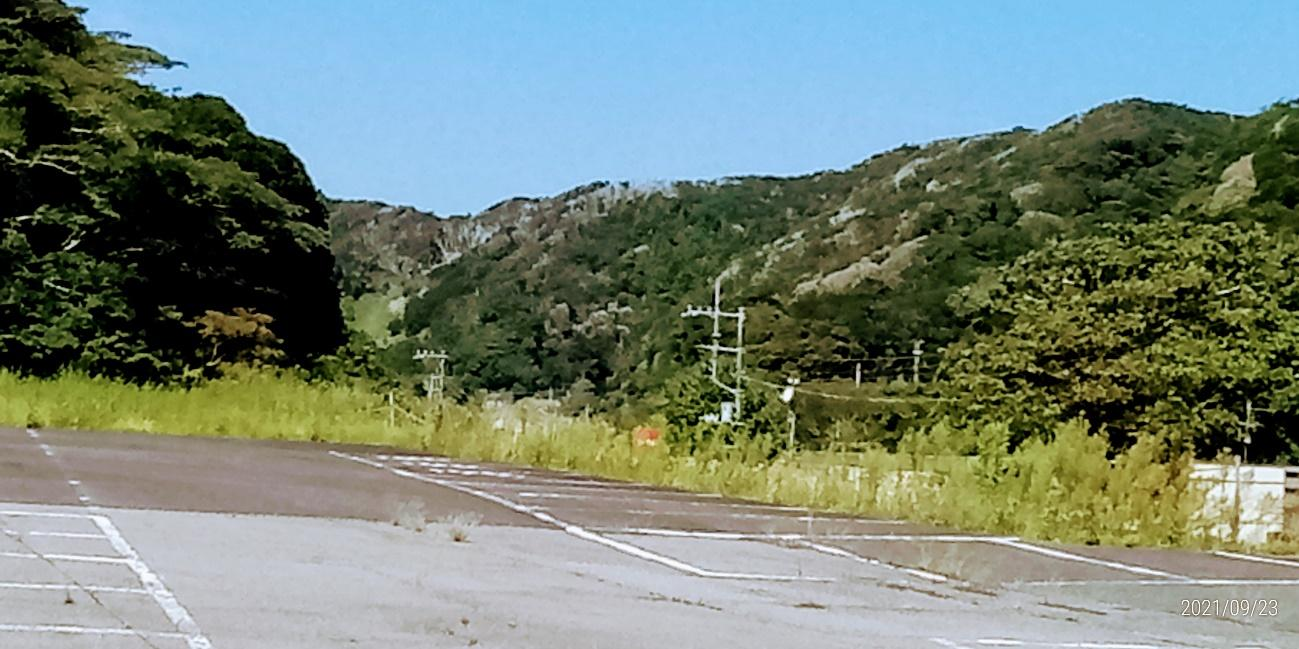 山の中の道路  中程度の精度で自動的に生成された説明
