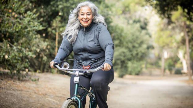 5 consejos para trabajar desde casa y no morir en el intento. Una mujer en una bicicleta.