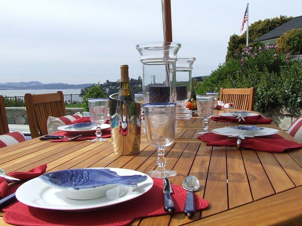 Repas en plein air sur une table de jardin en teck