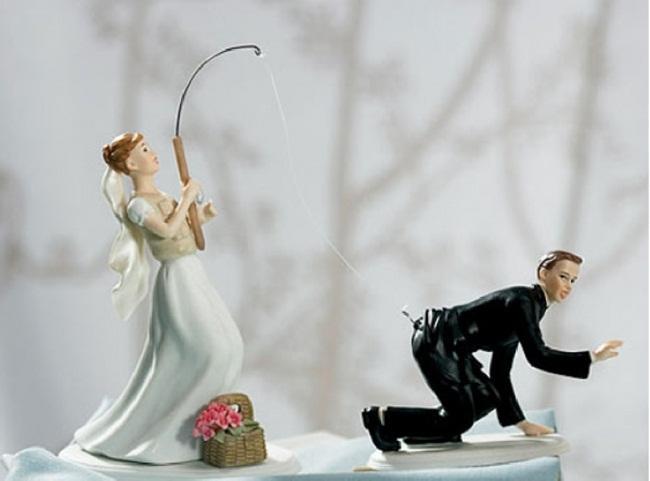 """Khi đã bị cô dâu """"câu"""" được, chú rể đừng hòng trốn thoát. Chiếc bánh cưới hài hước này sẽ khiến đám cưới thêm phần sôi động."""