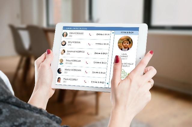 Une image contenant intérieur, tenant, main, télécommande  Description générée automatiquement