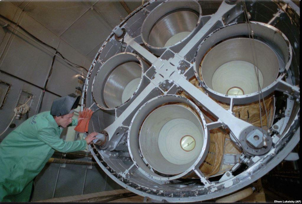 Інженер розбирає ракету УР-100Н на спеціальній станції зі знищення ракет в Дніпропетровську 26 липня 1996 року. Станція була побудована на гроші США