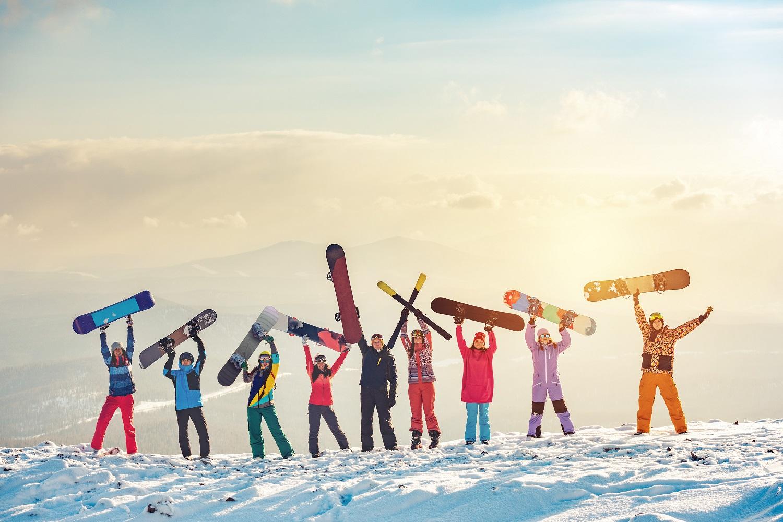 Amigos con su material de esquí