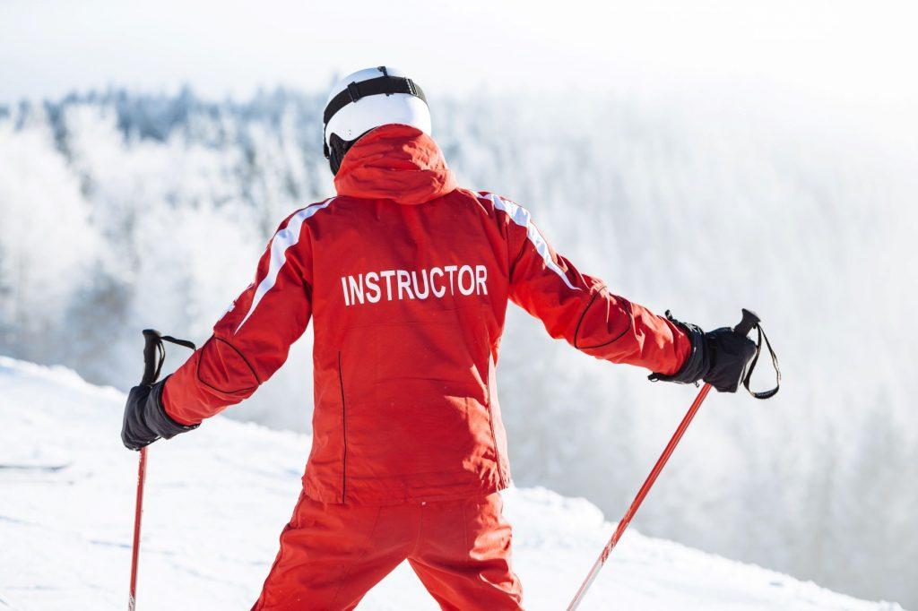 Profesor bajando por una pista de esquí