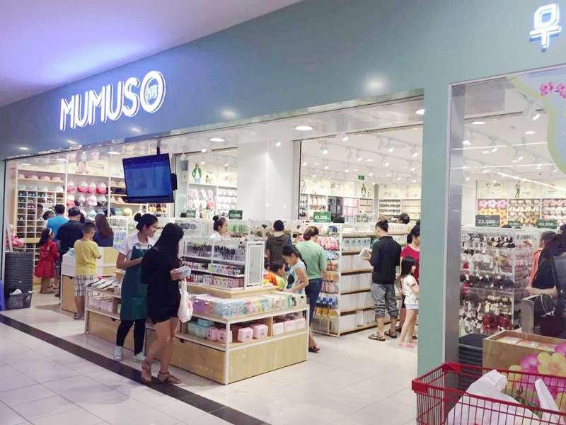 Mumuso nổi tiếng với nhiều cửa hàng phân bố ở nhiều thành phố lớn