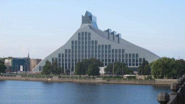 VALGUSLOSS: Daugava vasakul kaldal valminud Läti rahvus-raamatukogu uus hoone, mida kutsutakse valguslossiks. Ülehomme toimetatakse rahvusraamatukogu vanast hoonest raamatuid inimketi kaudu uude hoonesse.