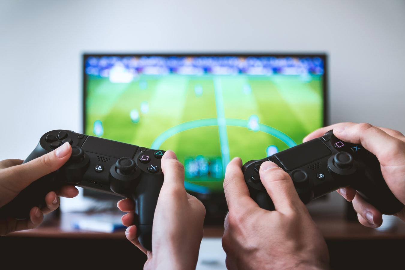 Duas pessoas jogando no playstation.